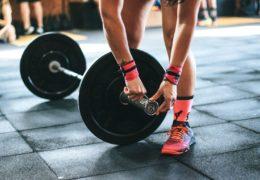 Biceps ćwiczenia z hantlami